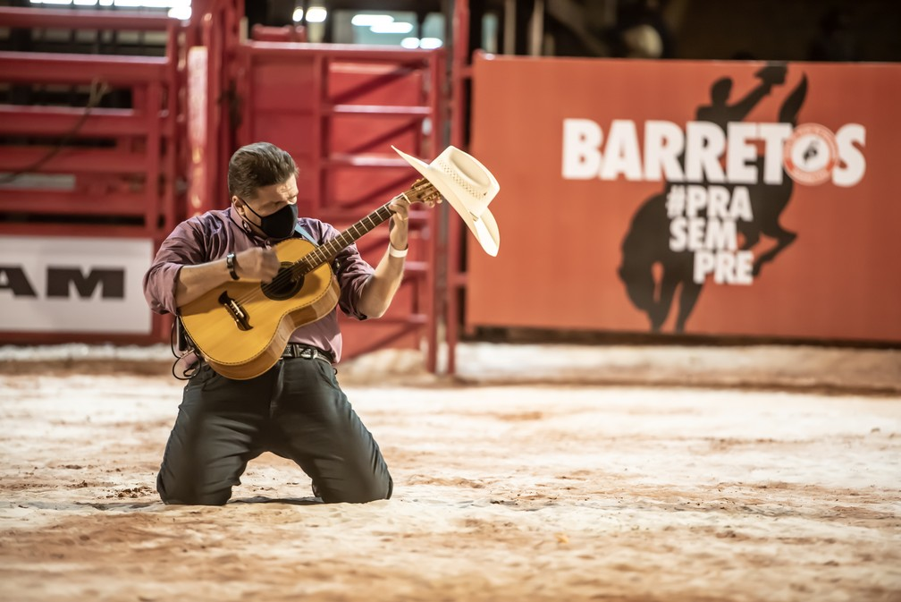 O som da viola caipira marcou transmissão ao vivo direto da arena do Parque do Peão de Barretos (SP)  — Foto: Mateus Rios