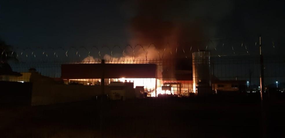 Bombeiros dizem que combate ao incêndio no supermercado atacadista deve se estender até a madrugada desta segunda-feira — Foto: Vinicius Santana/Arquivo Pessoal