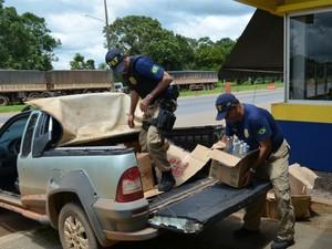 Bebidas estavam em caixas na carroceria de veículo (Foto: Luiz Martins/TV Ariquemes)