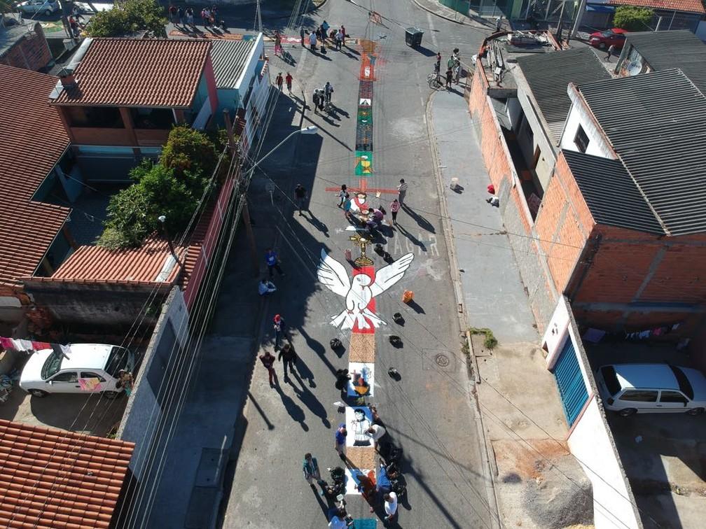 Imagem feita com drone mostra tapete de Corpus Christi enfeitando rua de Sorocaba (SP) (Foto: Arquivo pessoal)