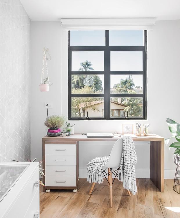 O segundo quarto virou home office da moradora. O piso de porcelanato que imita madeira aparece em todos os ambientes sociais do apartamento (Foto: Eduardo Macarios/Divulgação)