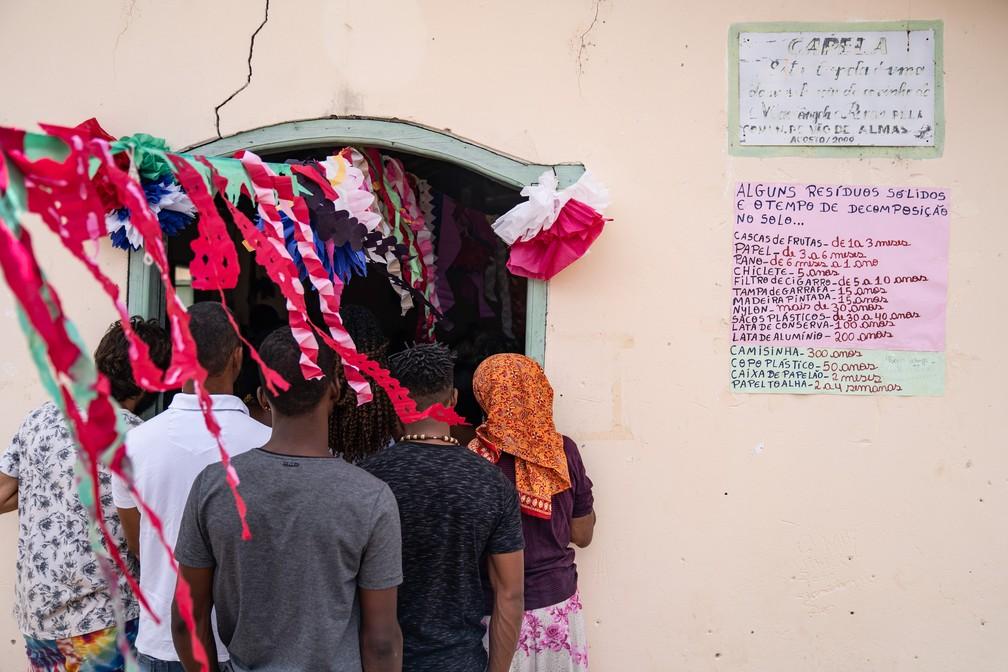 Em capela no Vão de Almas, uma das comunidades do território Kalunga, moradores penduraram cartaz com informações sobre decomposição de materiais. — Foto: Fábio Tito/G1