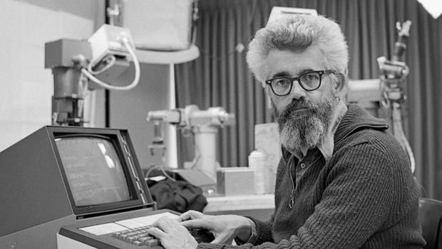 """John McCarthy, um dos primeiros a usar o termo """"inteligência artificial"""" (Foto: Reprodução/Stanford)"""
