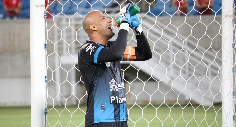 Genivaldo está fora do próximo jogo do Confiança — Foto: Augusto Gomes/GloboEsporte.com