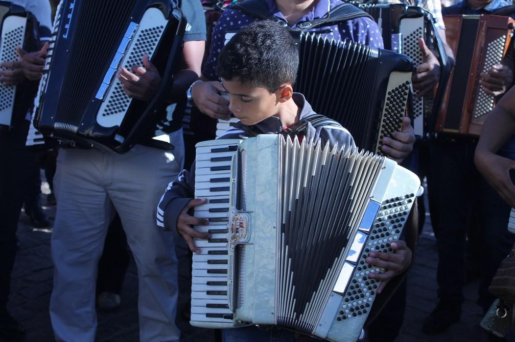 O pequeno Lázaro Vitor mostra o amor pela sanfona — Foto: Emerson Rocha / G1 Petrolina