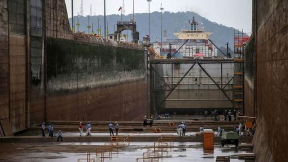 Quase 6% do comércio mundial trafegam pelo canal do Panamá — Foto: AFP