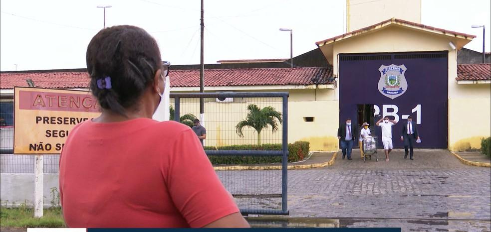 Dona Maria da Penha aguardou a soltura de Eridan, no PB1, em João Pessoa — Foto: Reprodução/TV Cabo Branco