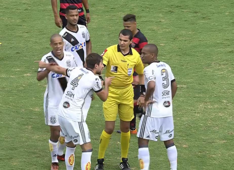 Rodrigo toma bronca em campo e deixa estádio da Ponte às pressas após expulsão