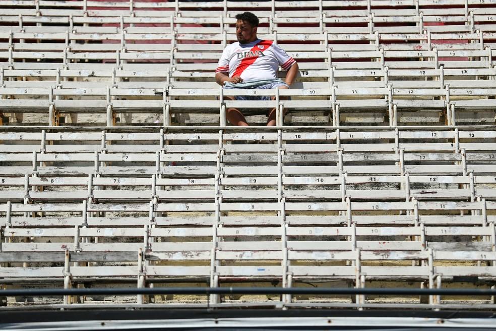 Torcedor do River Plate sozinho entre cadeiras vazias no estádio Monumental de Nuñez — Foto: REUTERS/Marcos Brindicci