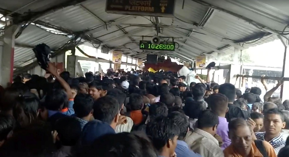 Multidão se locomove na passarela que dá acesso à estação Elphinstone, em Mumbai, na Índia, nesta sexta-feira (29)  (Foto: Tushar Sadake/Reuters)