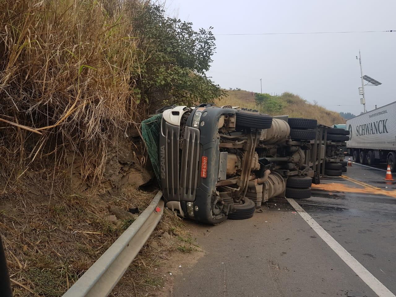 Após 12 horas, trecho da BR-393 segue lento após tombamento de carreta, em Sapucaia - Notícias - Plantão Diário