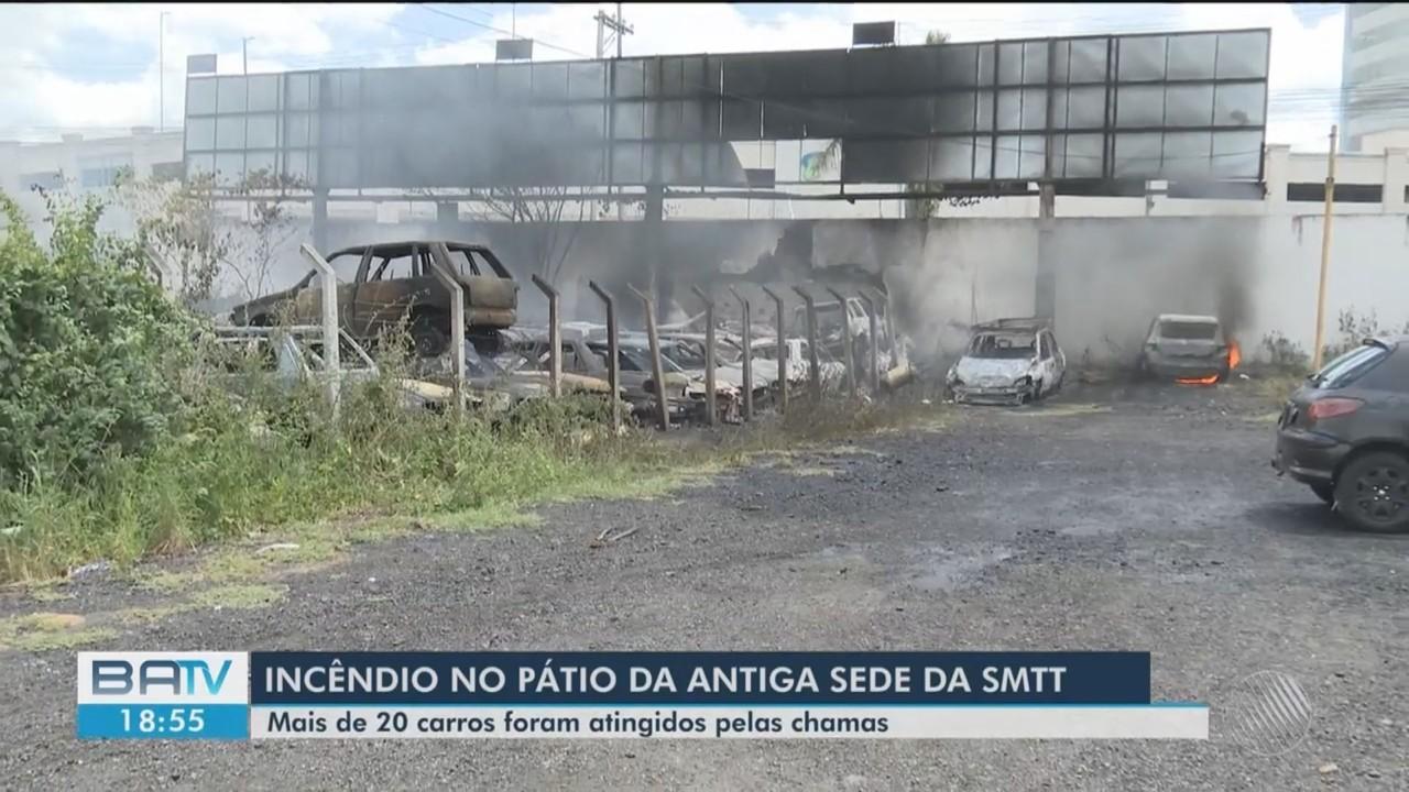 Incêndio atinge mais de 20 carros na antiga sede do SMTT, em Feira de Santana