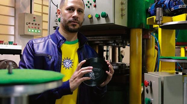 Michel Nath, DJ  e fundador da Vinil Brasil: ele encontrou prensas de LPs num ferro-velho, arrematou o equipamento e abriu uma fábrica (Foto: Divulgação)