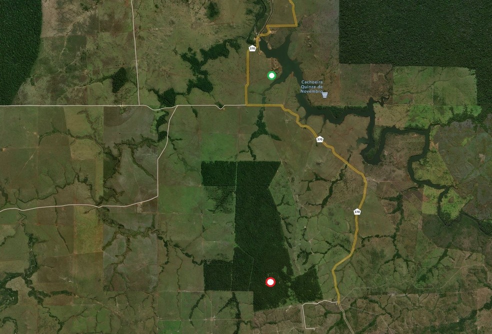 Área da Fazenda Nossa Senhora Aparecida, entre as cidades de Chupinguaia e Corumbiara. Acampamento Manoel Ribeiro (ponto vermelho) está a cerca de 6 quilômetros da sede (ponto verde). — Foto: Bing Maps/Reprodução