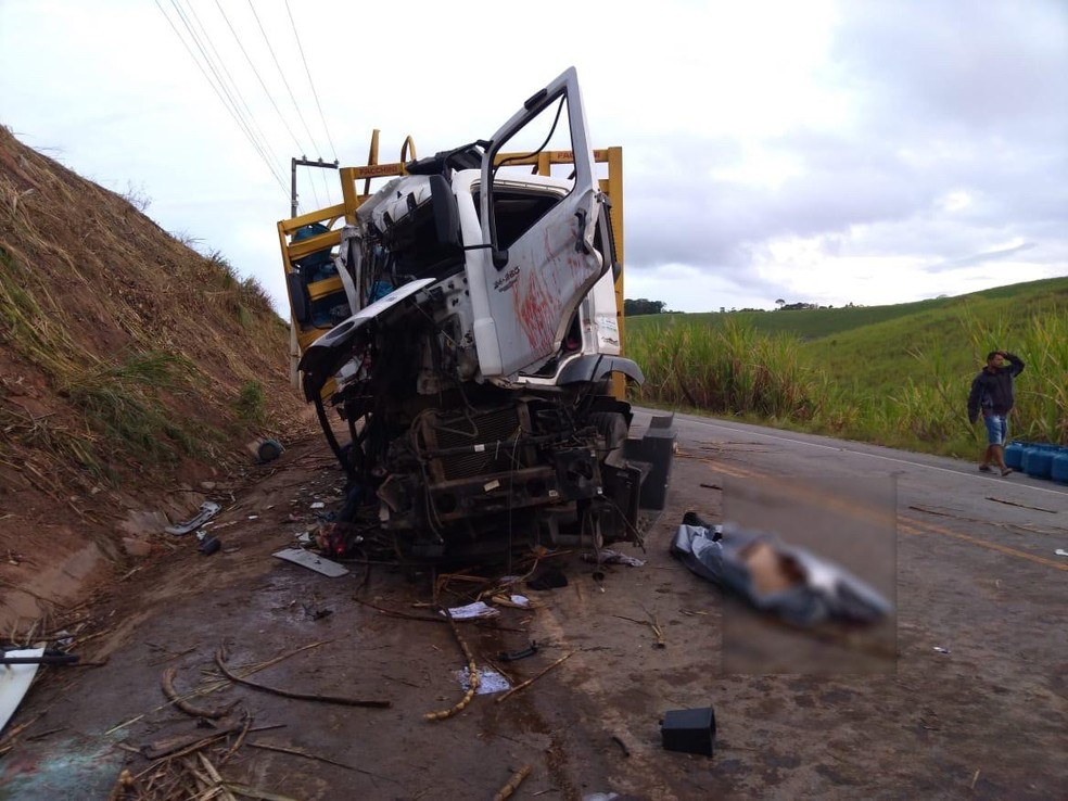 Acidente com caminhões deixa uma pessoa morta em Passo de Camaragibe, Alagoas — Foto: BPRv