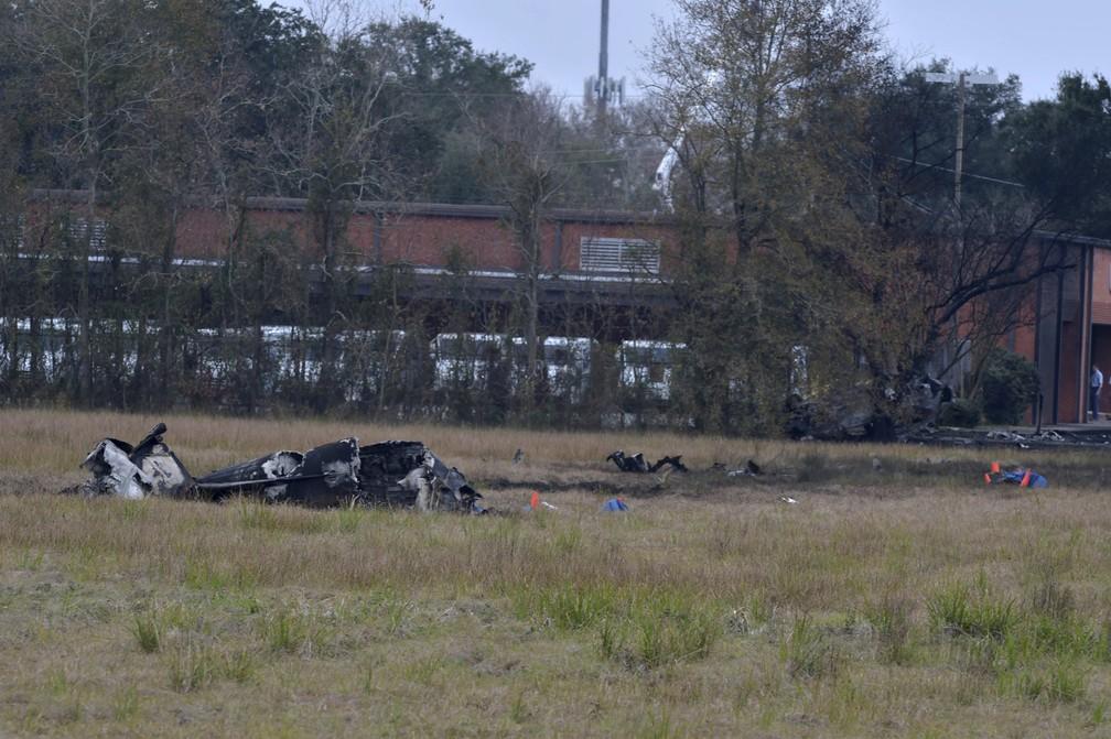 Destroços do avião que caiu neste sábado (28) são vistos em Lafayette, na Louisiana. — Foto: Scott Clause/The Lafayette Advertiser via AP