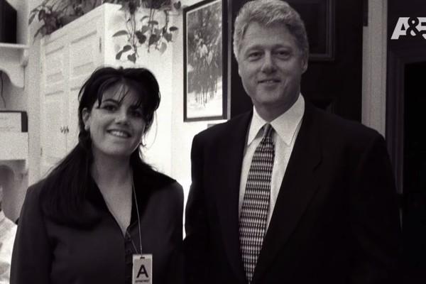 Uma cena de TV do program em que mostra Monica Lewinski, aos 22 anos, ao lado do então presidente dos Estados Unidos, Bill Clinton, na época em que os dois mantiveram um affair (Foto: Divulgação)