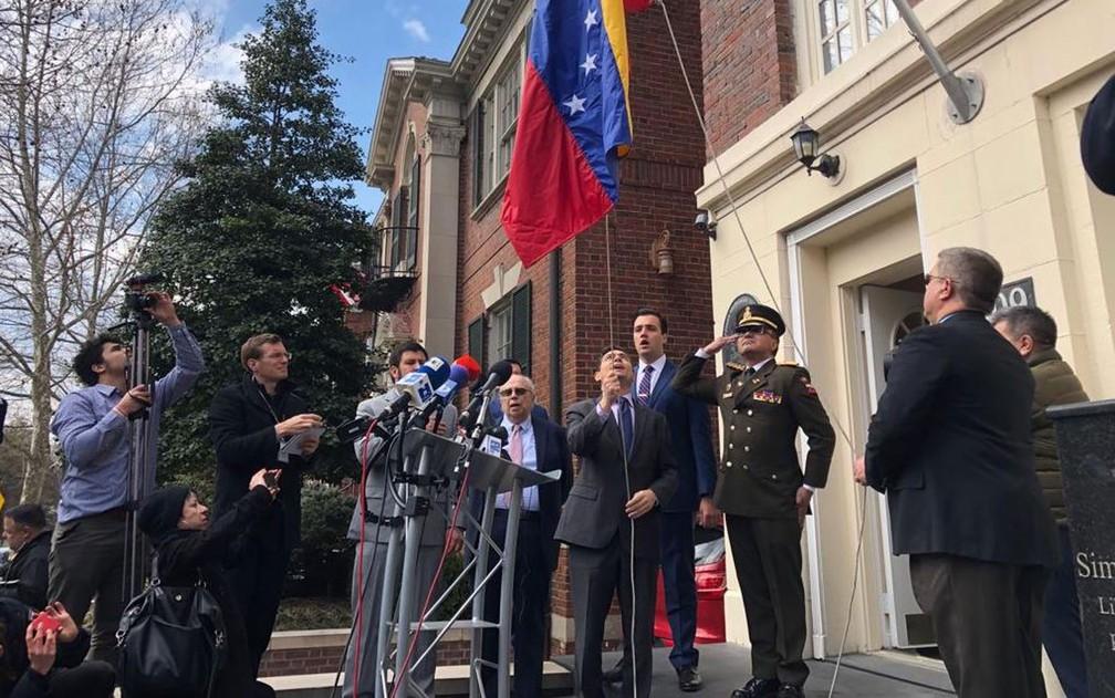 Carlos Vecchio, indicado pelo autodeclarado presidente interino Juan Guaidó como embaixador da Venezuela nos Estados Unidos, hasteia bandeira venezuelana em sede diplomática militar em Washington, na segunda-feira (18) — Foto: Reprodução/Twitter/Carlos Vecchio