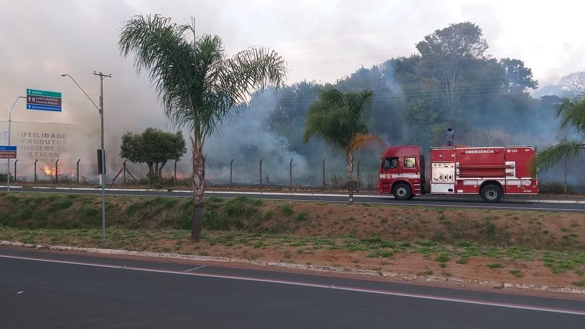Queimada atinge terreno e mobiliza bombeiros em Lins