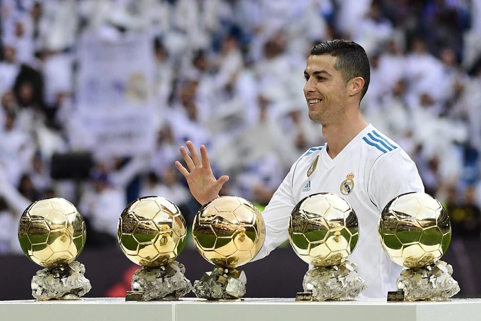 Cristiano Ronaldo posa com as cinco Bolas de Ouro da Fifa (Foto: PIERRE-PHILIPPE MARCOU / AFP)