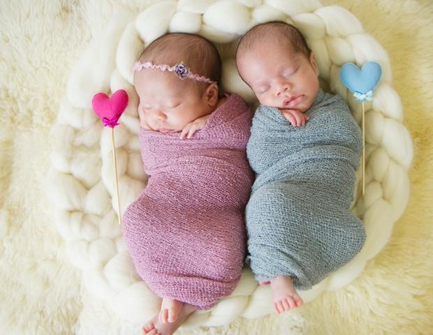 Manu e Pedro, gêmeos filhos da Regiane Liziero, foram fotografados com beleza em dose dupla! (Foto: Gisele Fap)
