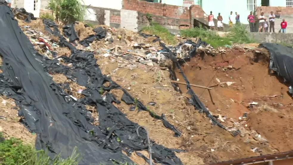 Deslizamento de barreira deixou mortos e feridos no Recife, nesta terça-feira (24) — Foto: Reprodução/TV Globo