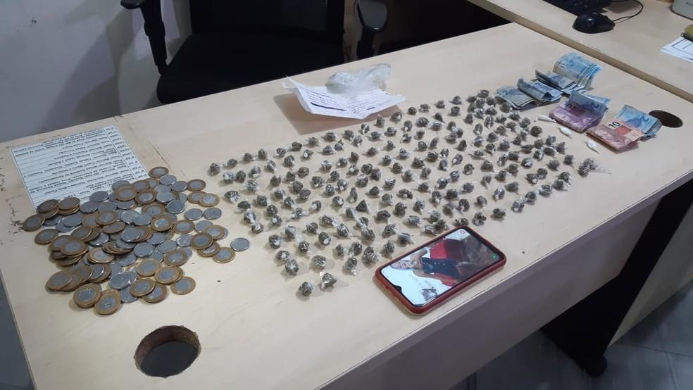 PM apreendeu cerca de 200 trouxinhas de maconha e dinheiro fracionado — Foto: Sérgio Henrique Santos/Intertv Cabugi