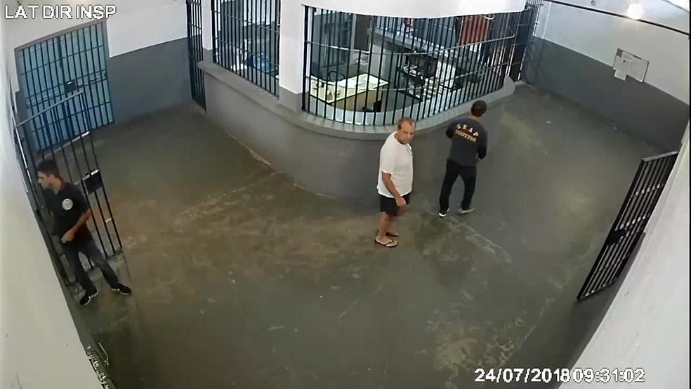 Cabral é levado para isolamento após vistoria do MP na cadeia — Foto: Reprodução/TV Globo