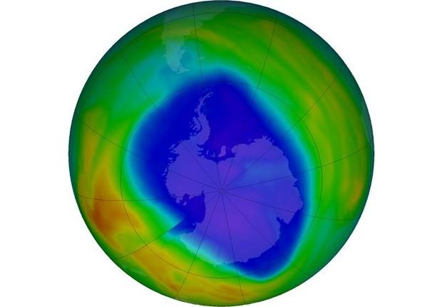 Camada de ozônio sobre o Polo Sul no dia 12 de setembro: em roxo e azul estão as áreas que têm menos ozônio, enquanto em amarelo e vermelho, as que têm mais (Foto: NASA via BBC)
