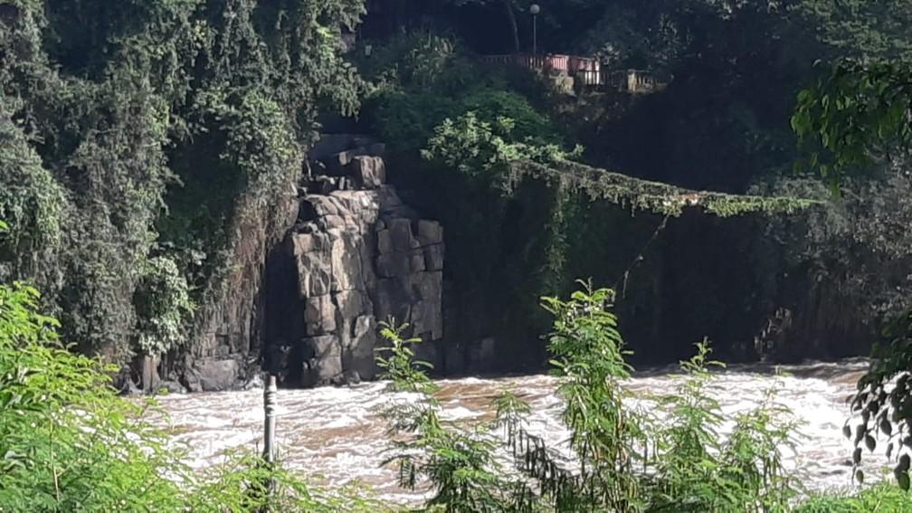Cachoeira do Véu da Noiva, em Piracicaba, secou mesmo com nível do Rio Piracicaba — Foto: Edijan Del Santo/EPTV