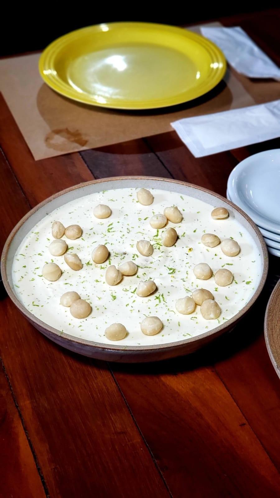 Veja como fazer mousse de chocolate branco com macadâmia