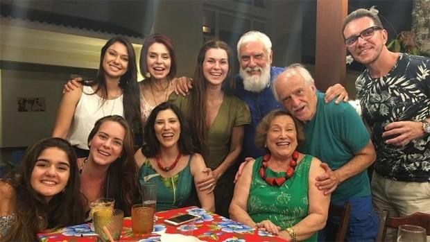 Nicette Bruno posa com a filha, Beth Goulart, e convidados em festa de aniversário (Foto: Reprodução/Instagram)