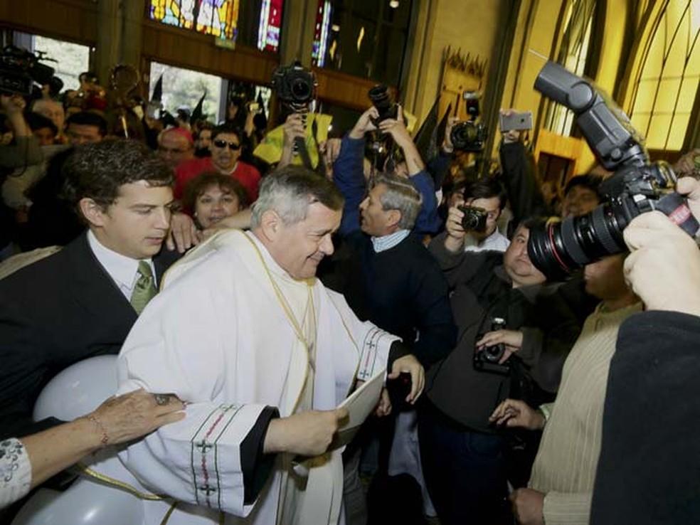 Em imagem de arquivo, chilenos protestam contra bispo Juan Barros em catedral de Osorno, no sul do Chile — Foto: AP Photo/Mario Mendoza Cabrera