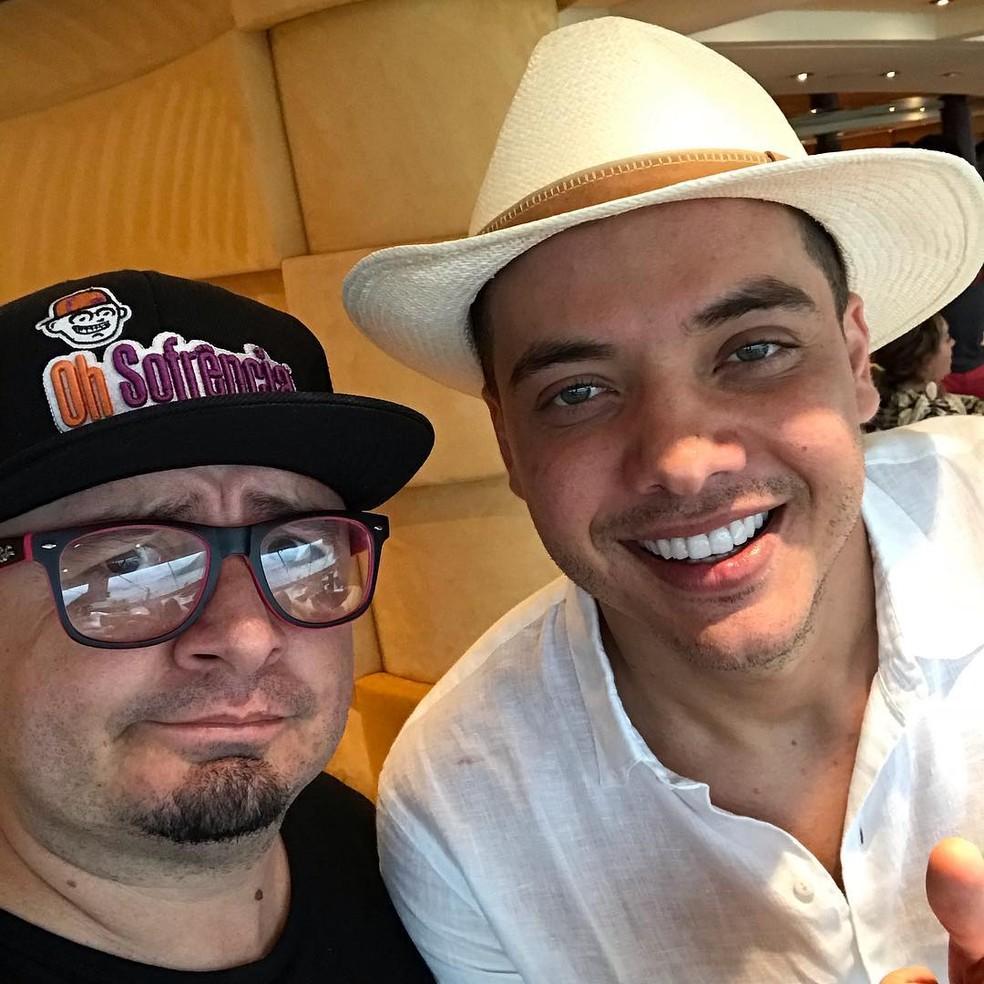 Fabinho Sofrência posa com Wesley Safadão — Foto: Arquivo Pessoal