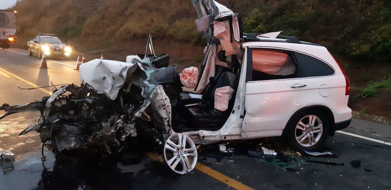 Duas pessoas ficam gravemente feridas em batida entre carro e caminhão na Lúcio Meira, em Vassouras - Notícias - Plantão Diário
