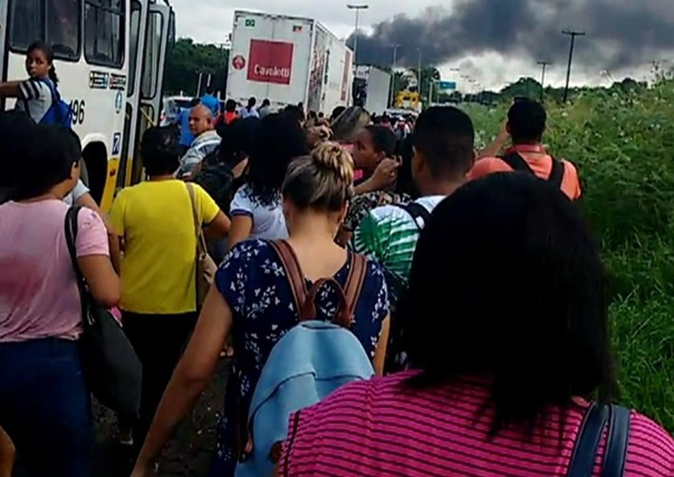 Passageiros deixam ônibus por causa de protesto no Recife (Foto: Reprodução/WhatsApp)