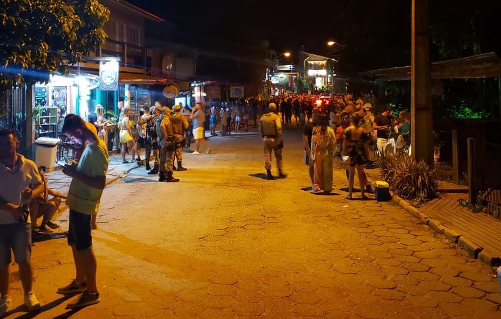 Polícia Militar faz fiscalização na Praia do Rosa — Foto: Polícia Militar/Divulgação