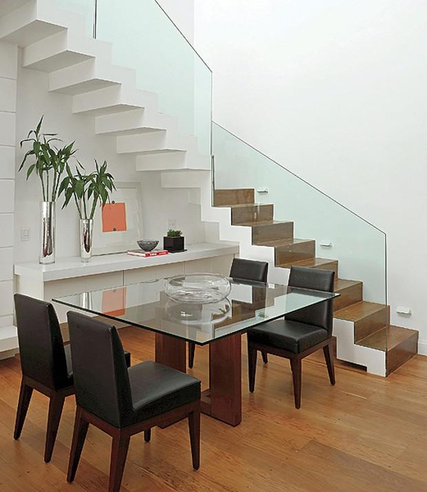 O aparador é peça fundamental na sala de jantar. No projeto da arquiteta Adriana Parente, ele fica embaixo da escada (Foto: Marcelo Magnani)