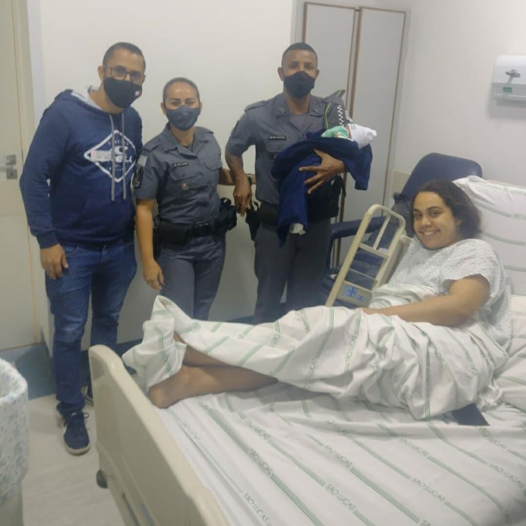 Grávida em trabalho de parto chega em hospital com escolta da PM após ficar presa em trânsito: 'Experiência única'
