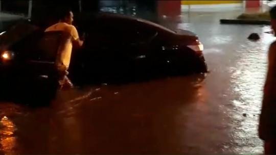 Chuva deixa dezenas de pessoas desalojadas em Matinhos; água entrou em mais de 300 casas