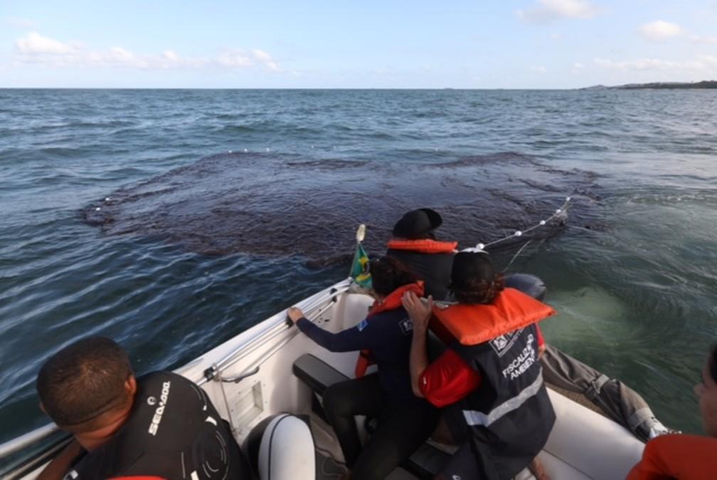Mancha de óleo é contida no mar em Jaboatão dos Guararapes, neste domingo (20) — Foto: Matheus Britto/Divulgação