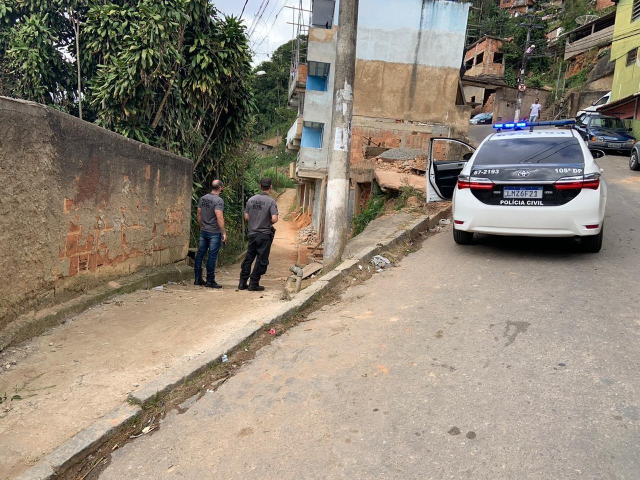 Suspeito de matar idosa com enxada e tampa de panela após briga por lixo se entrega a polícia em Petrópolis, no RJ