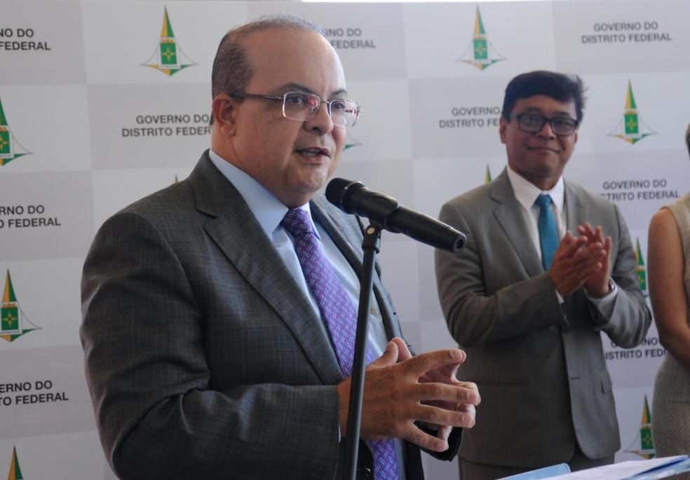 Governador Ibaneis Rocha após assinatura de situação de emergência na saúde do DF — Foto: Renato Alves/GDF