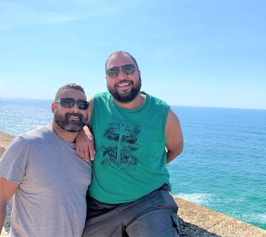 O casal brasileiro Túlio e Alexandre em Sintra: serão vacinados em Portugal mesmo em situação irregular