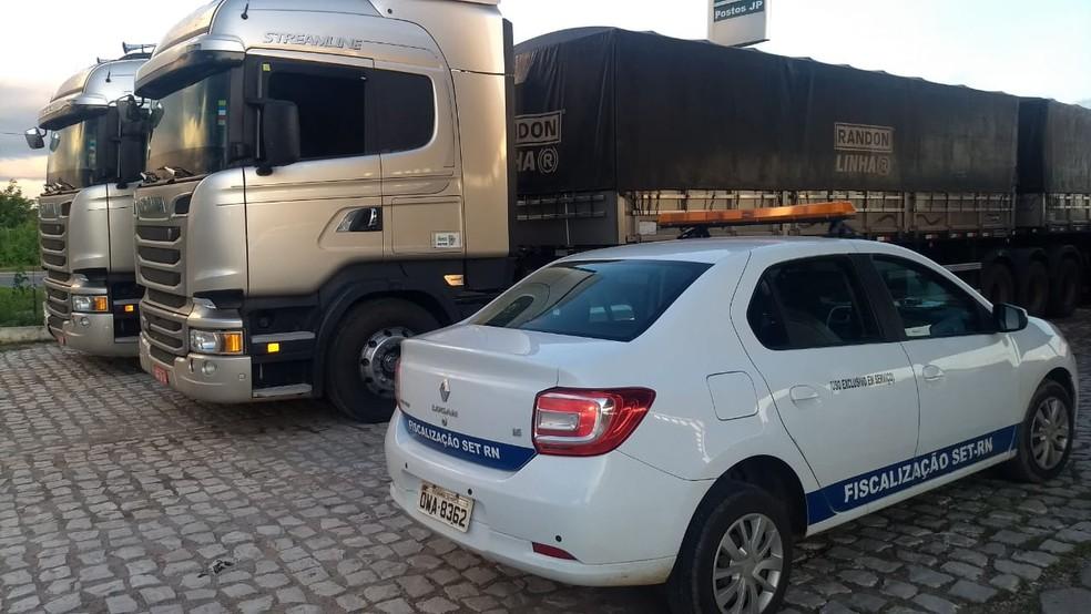 Carga de grãos de milho estava em duas carretas que foram interceptadas pelos auditores e pelos policiais civis — Foto: Ascom/SET