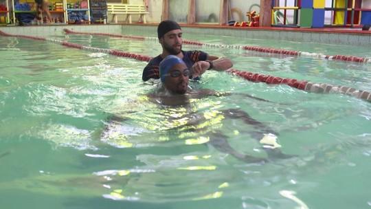Repórter treina na piscina para evitar impacto no joelho lesionado