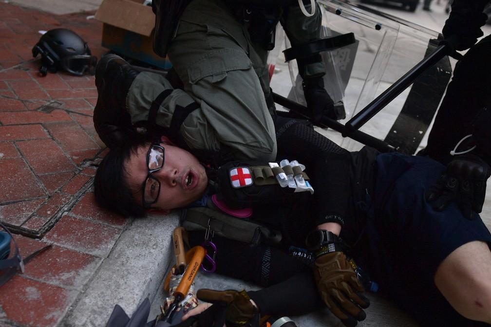 Polícia prende manifestante durante protesto em Hong Kong, nesta terça-feira (1º) — Foto: Nicolas Asfouri / AFP