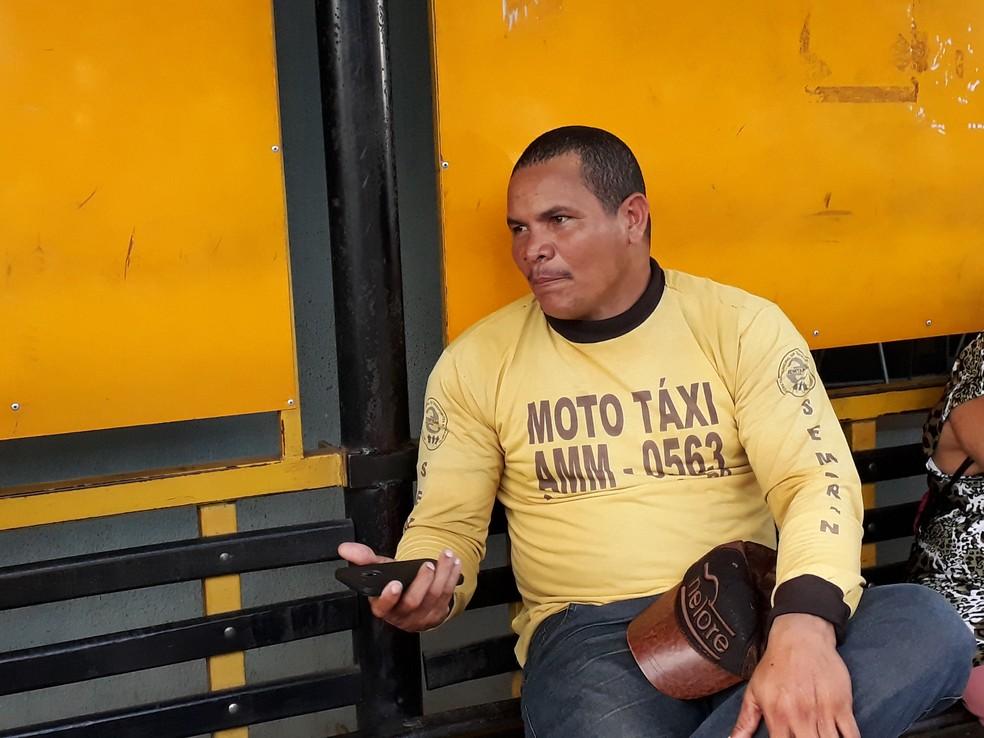 Mototaxista fala que pagou quase R$ 4,50 no litro (Foto: Pedro Bentes/G1)