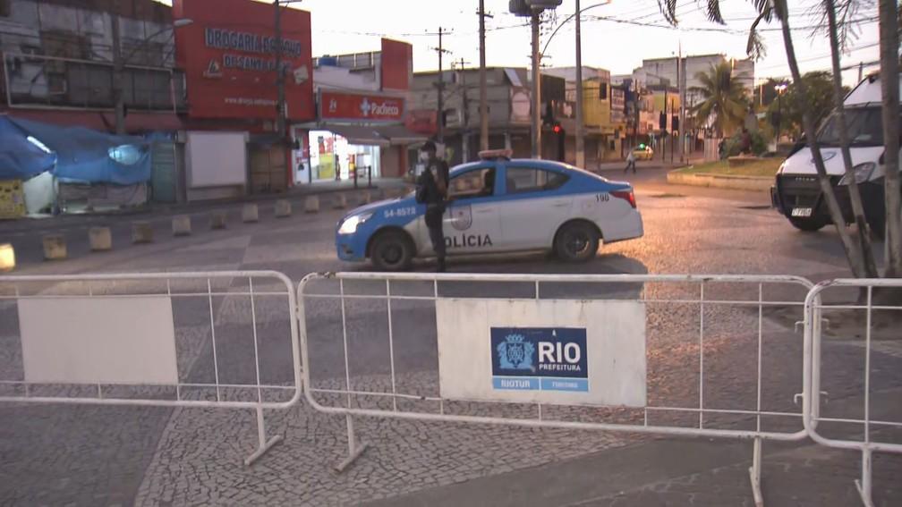 Barreiras em Santa Cruz — Foto: Reprodução/TV Globo