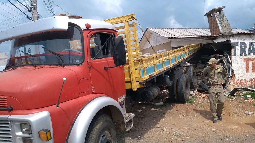 Duas pessoas ficaram feridas no acidente, em Colombo. — Foto: Andrei Cunico/RPC